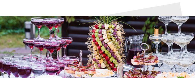 buffet für sommerfest mit sektpyramide und obst ananas